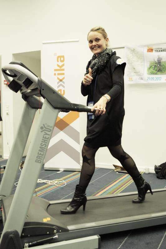 Žena kráčajúca na bežiacom páse