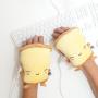 Žltý ohrievač na rukách