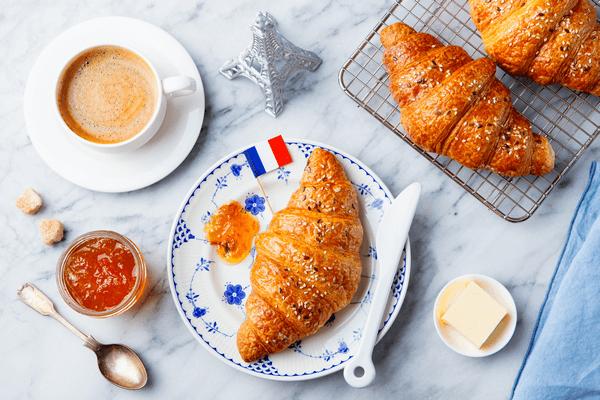 Croissant na tanieri s džemom