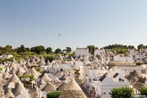 Pohľad na strechy budov v Alberobello