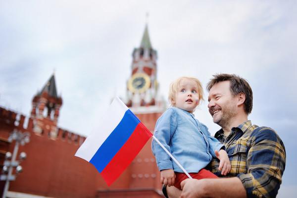 Muž dieža ruská vlajka Kremeľ