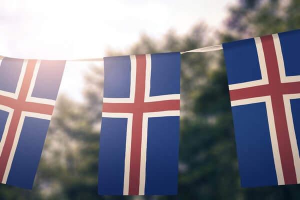 islandská vlajka - červeno-biely kríž na modrom pozadí