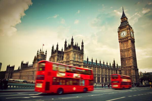 Červené dvojposchodé autobusy v Londýne, Anglicku pri veži Big Ben