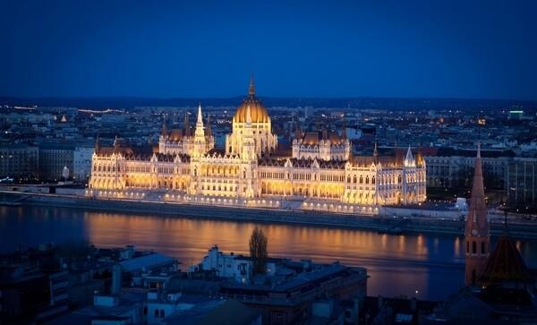 Vysvietený parlament v Budapešti v Maďarsku