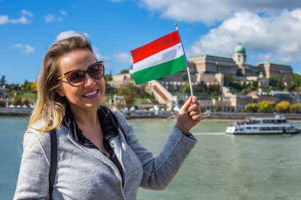 Cestovateľka s maďarskou vlajkou
