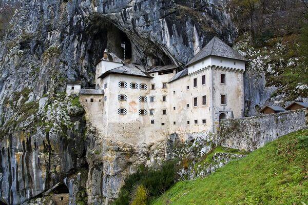 Predjamsky hrad v skale