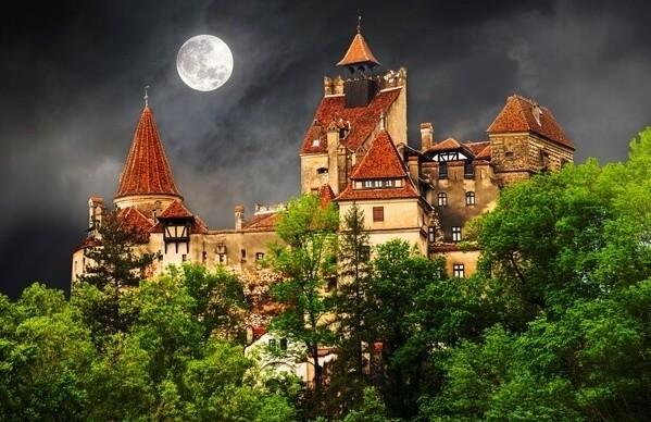 Transylvania Draculov hrad nočný pohľad