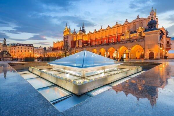 námestie v Krakowe s pyramídou