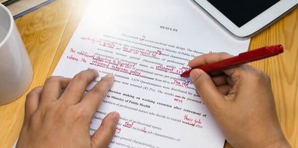 Revízia textu červeným perom