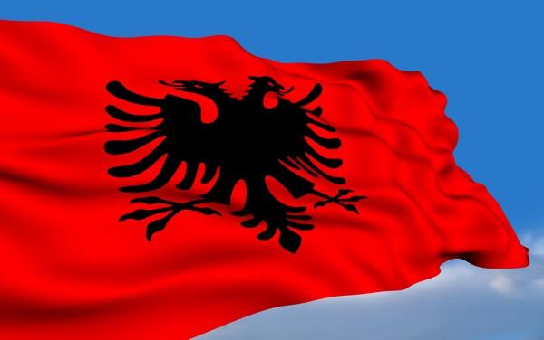 Vlajka Albánska s čiernym orlom