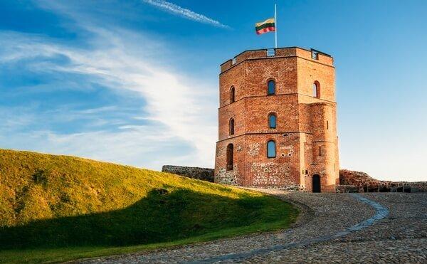 Gediminasov hrad s vlajkou Litvy