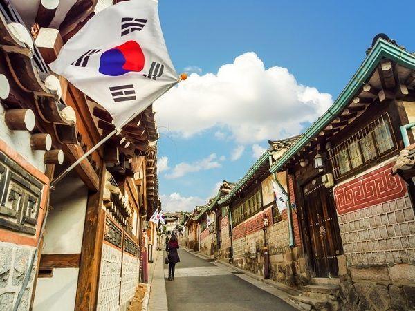 Korejska vlajka vejúca v kórejskej uličke
