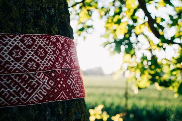lotyšské folklórne symboly na strome