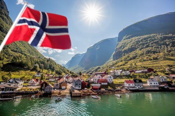 Nórska vlajka s pozadím prírody