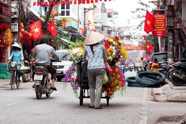 Vietnamská žena s kvetmi