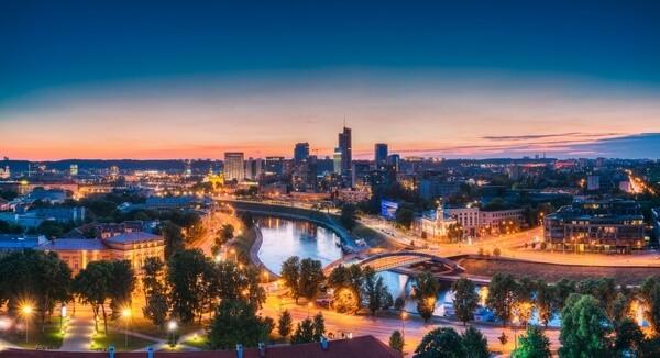 nočný pohľad na mrakodrapy vo Vilniuse