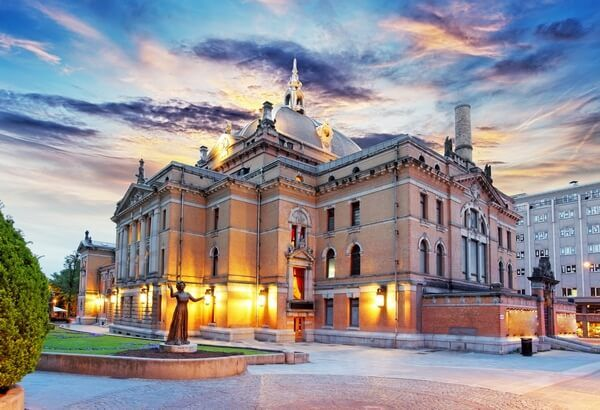 národné divadlo v Osle pri západe slnka