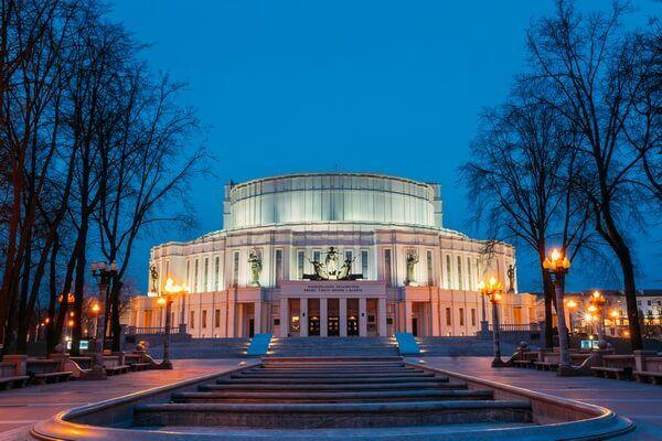 Nočný pohľad na operu v Minsku