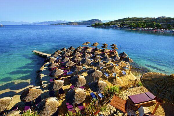 Slnečníky na albánskej pláži