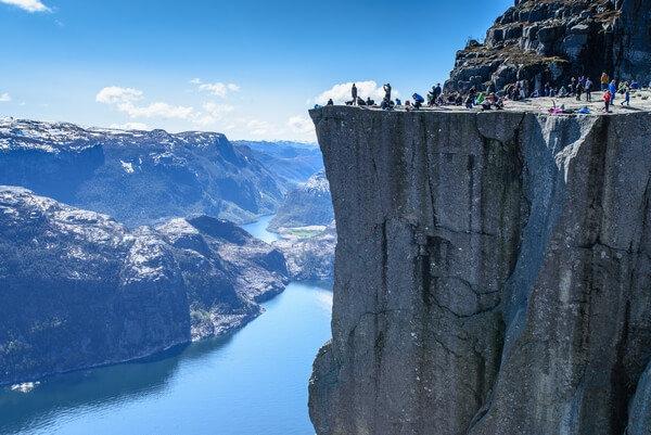 vyhliadka zo skalného bloku Preikestolen Nórsko