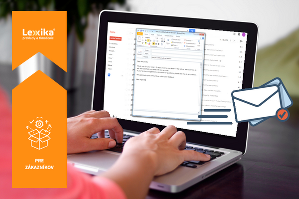 Žena píšuca email na notebooku
