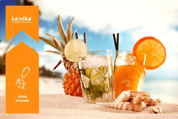 Koktejl s ovocím na piesočnatej pláži