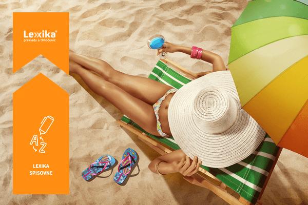 Opaľujúca sa žena na pláži s klobúkom