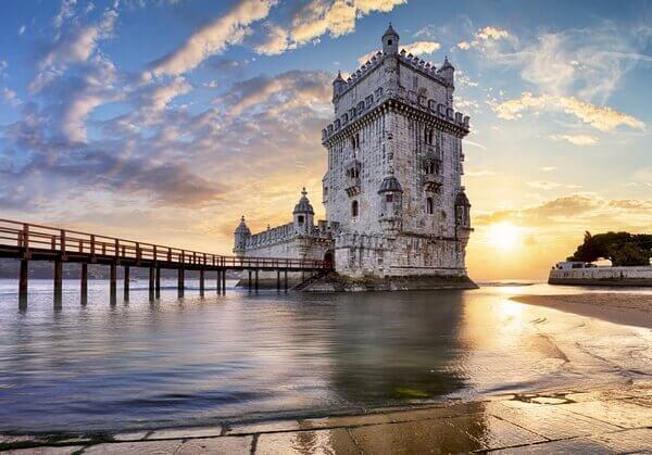opevnená veža pri západe slnka/fortified tower at sunset