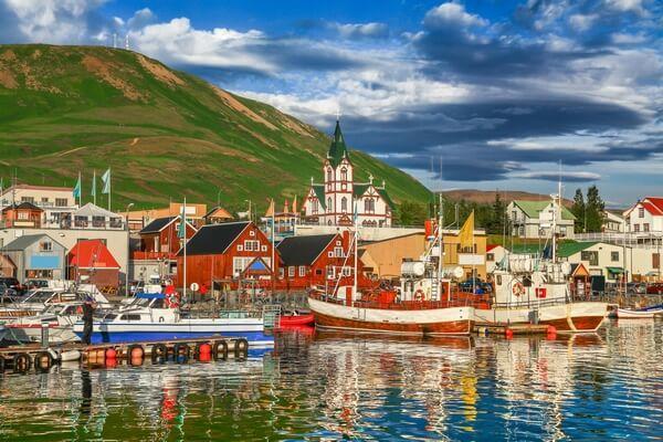 Pohľad na malé mestečko na Islande