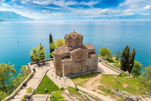 pohľad zo vzduchu na kostol v Ohride_birds-eye view on a church in Ohrid