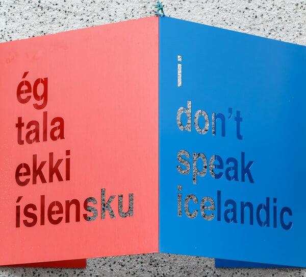 Nápis na tabuli: nehovorím po islandsky