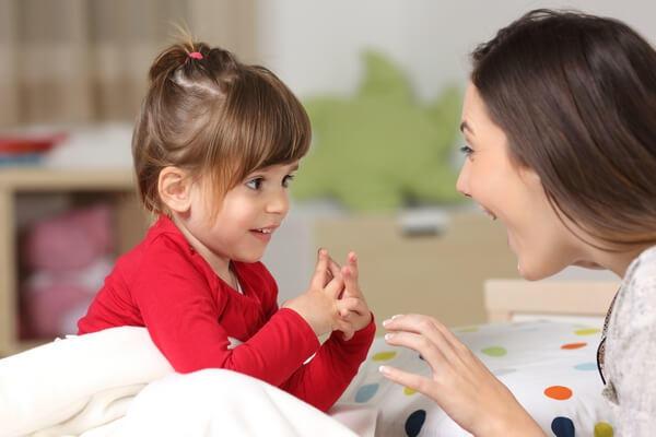 Matka rozprávajúca sa s dcérou