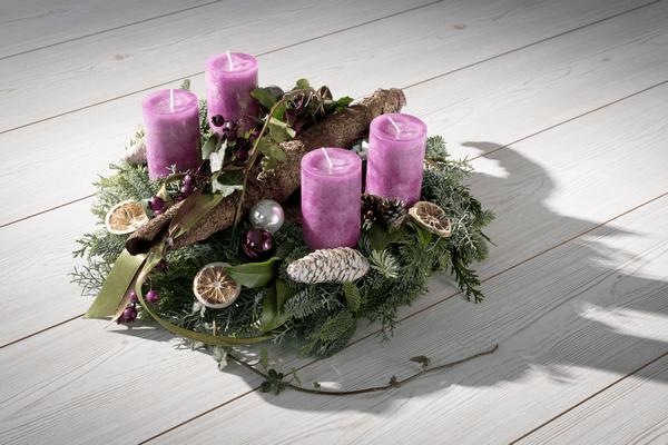 Adventný veniec z vetvičiek s fialovými sviečkami