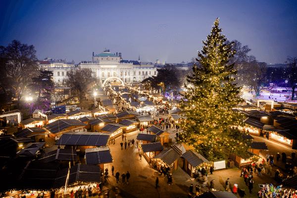 Pohľad zhora na vianočné trhy vo viedni