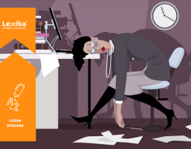 Vyčerpaná žena s hlavou položenou na pracovnom stole
