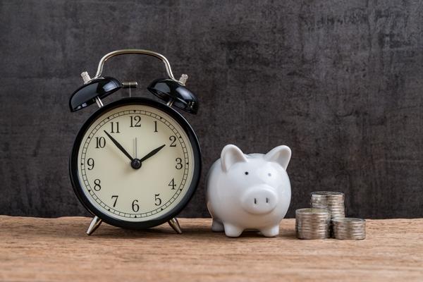 prasiatko, peniaze a hodinky