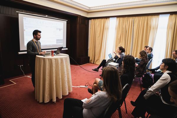 Projektový manažér spoločnosti lexika prednášajúci o programe memoQ/Project manager Lukas giving presentation about memoQ